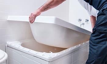 установка акрилового вкладиша у ванну